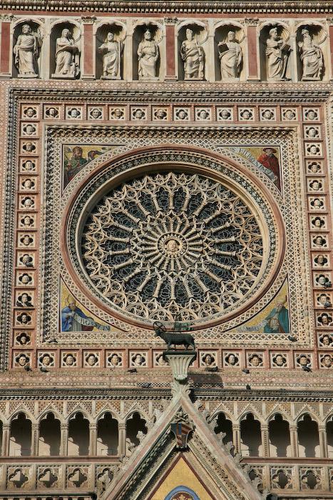 На фасаде собора размещены бронзовые